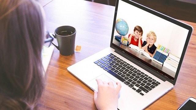 dziecko uczące się przy komputerze, zdalna szkoła